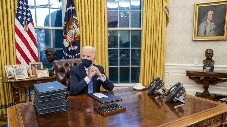 Joe Biden Singkirkan Peninggalan Donald Trump di Ruang Oval Gedung Putih
