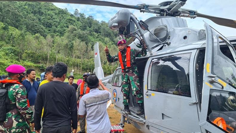 TNI Distribusikan Bantuan untuk Korban Gempa di Desa Terpencil dengan Helilopter