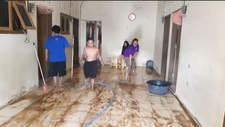 Banjir di Manado Surut, Warga Terdampak Mulai Bersihkan Rumah dari Lumpur