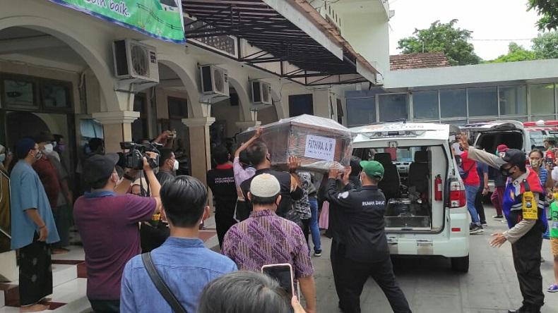 Tangis Perwira TNI AU Pecah saat Antarkan Jenazah Istri dan Anak Korban Sriwijaya Air ke Kediri