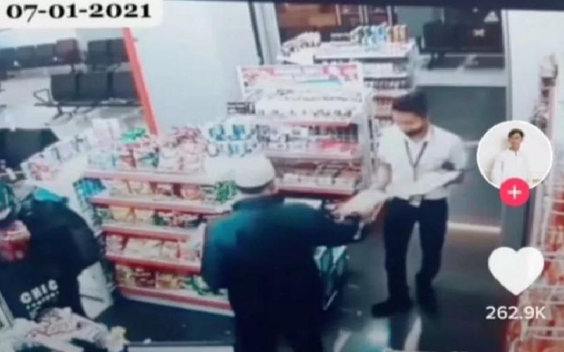 Kebaikan Kapten Afwan Terekam CCTV Minimarket di Padang, Kasih Jajanan ke Pegawai Toko