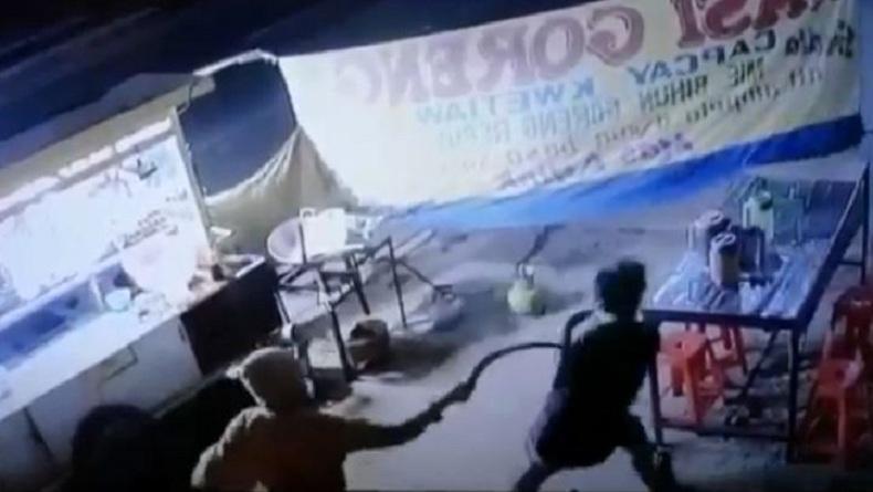 Terekam CCTV, Aksi Begal Sadis Bacok Penjual Nasgor di Bandung Barat