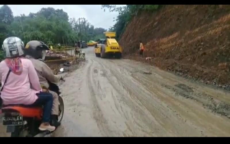 Sempat Terputus akibat Amblas, Jalan Lahat – Pagaralam Kembali Bisa Dilewati