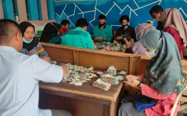 Bank Nagari Butuh 2 Hari Hitung Uang Sekarung Rp82 Juta Milik Kakek di Payakumbuh