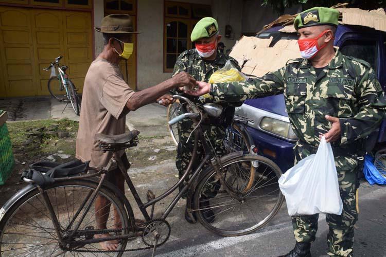 Dorong Kesadaran Masyarakat Patuh Prokes, PPM Jateng Bagi Masker di Pasar Karanganyar