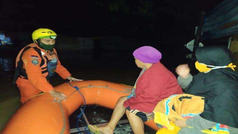 Banjir Karawang, Tim SAR Gabungan Evakuasi Ratusan Warga