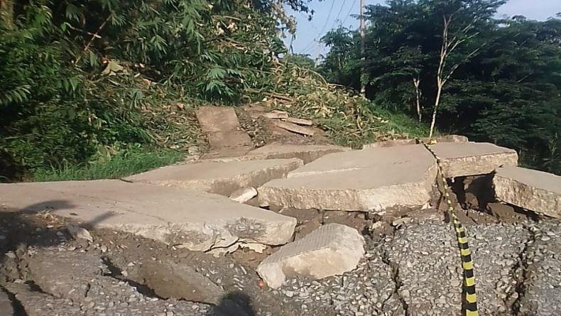 Jalan Baras-Paranggombong Purwakarta Ambles 500 Meter, Warga Nyaris Terisolasi