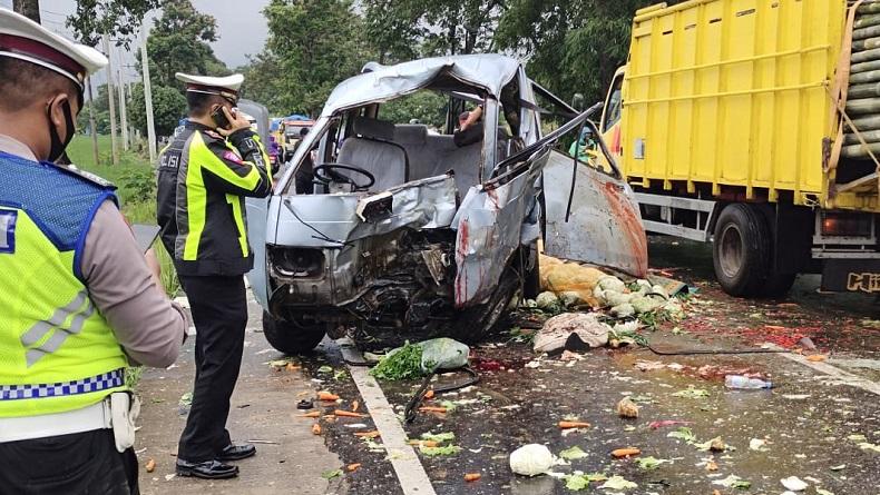 Rem Blong, Mobil Suzuki Carry Hancur setelah Tabrak Motor di Majalengka