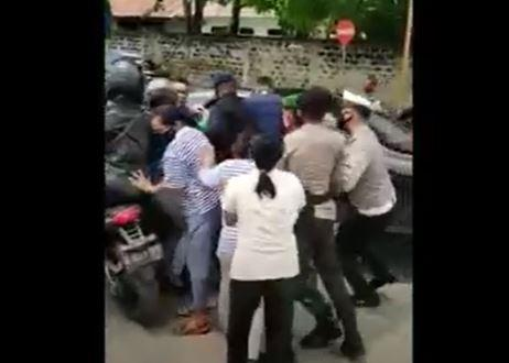 Video Viral Emak-Emak di Sumba Adang Mobil Jokowi Hingga Jatuhkan Motor Paspampres
