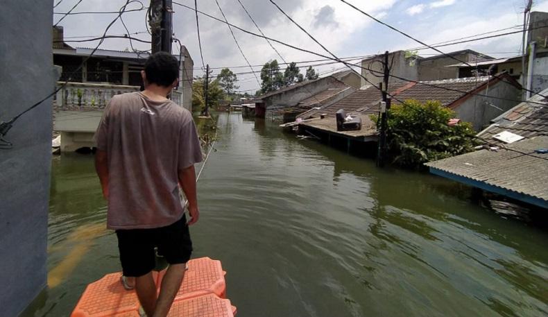 Banjir Periuk Tangerang Masih Setinggi Atap Rumah, Warga Bertahan di Posko Pengungsian