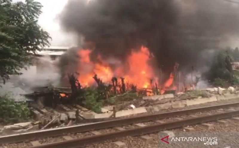 Tiga Bangunan di Pinggir Rel Dekat Stasiun Jatinegara Terbakar