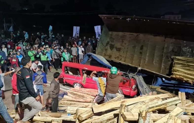 Truk Tronton Bermuatan Kayu Hantam Dua Mobil di Salatiga, 2 Penumpang Meninggal