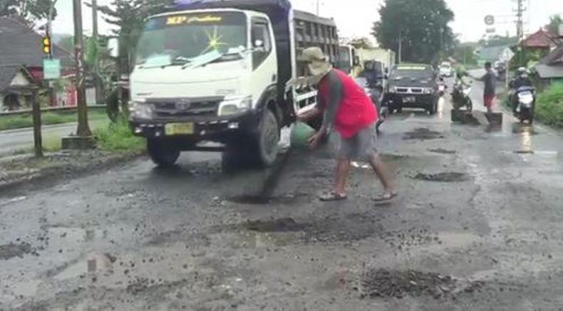 Sering Akibatkan Kecelakaan, Jalan Berlubang di Jalur Pantura Ditambal Warga