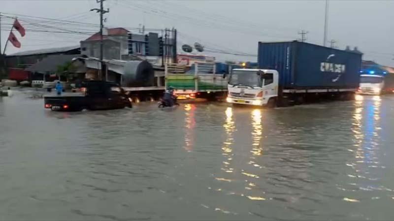 Kamis Pagi Ini, Banjir Jalur Pantura Kaligawe Semarang Semakin Tinggi