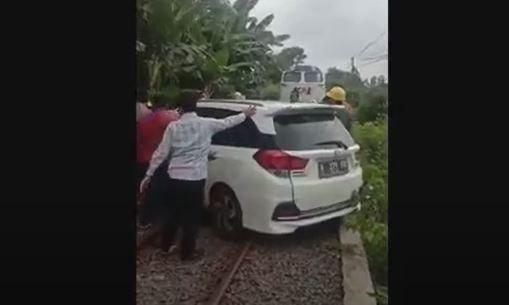 Honda Mobilio Ditabrak Kereta Api dan Terseret 100 Meter di Cilegon, Pengemudi Hanya Lecet