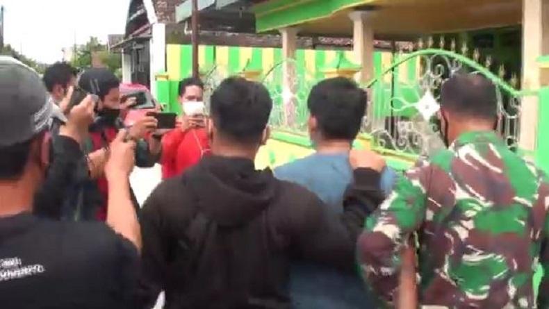 Densus 88 Tangkap Terduga Teroris saat akan Jumatan di Mojokerto, Teman Sekos Ikut Dibawa