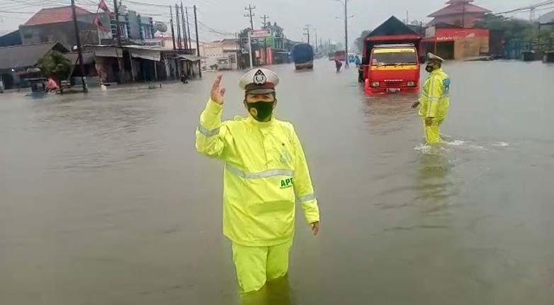 Jumat Pagi Ini, Jalur Pantura Kaligawe Semarang Masih Jadi Lautan Banjir