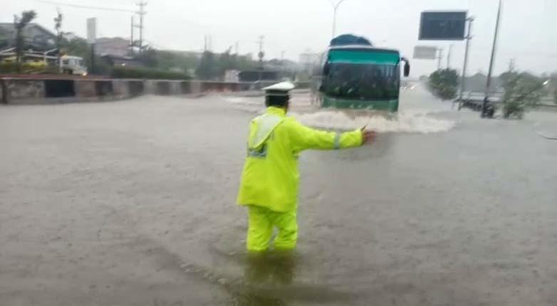Makin Parah, Jalur Pantura Kaligawe Semarang Terendam Banjir 1 Meter