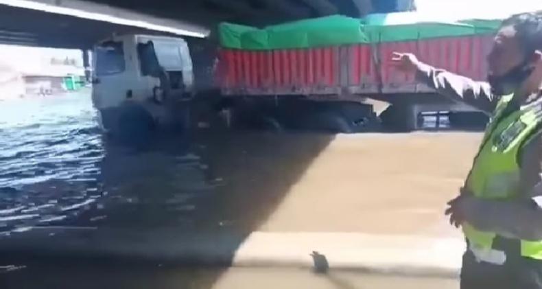 Banjir di Jalan Kaligawe Masih Tinggi, Nekat Melintas Mobil Risiko Mogok