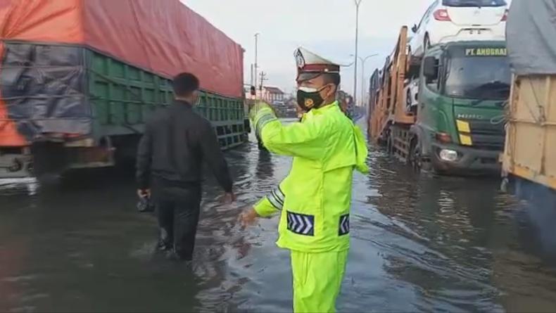 Jalur Pantura Kaligawe Semarang Masih Banjir, Paling Parah di Bawah Ujung Tol