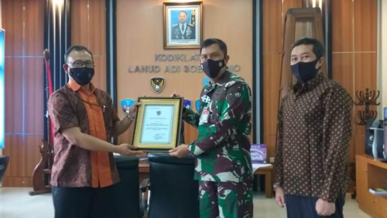 Perhutani Surakarta Terima Penghargaan dari Lanud Adi Soemarmo