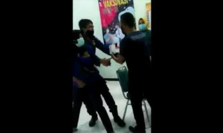 Tingkah Kocak Anggota Damkar Kendal saat Divaksin Covid: Takut Jarum hingga Cubit Nakes