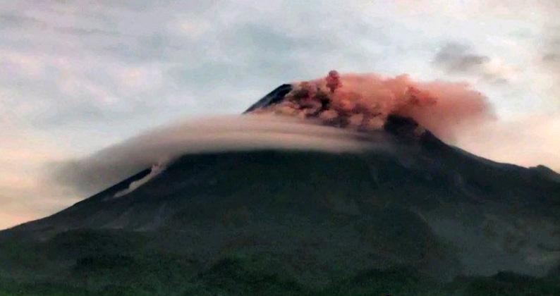 Gunung Merapi Kembali Muntahkan Awan Panas Sejauh 1,4  Kilometer