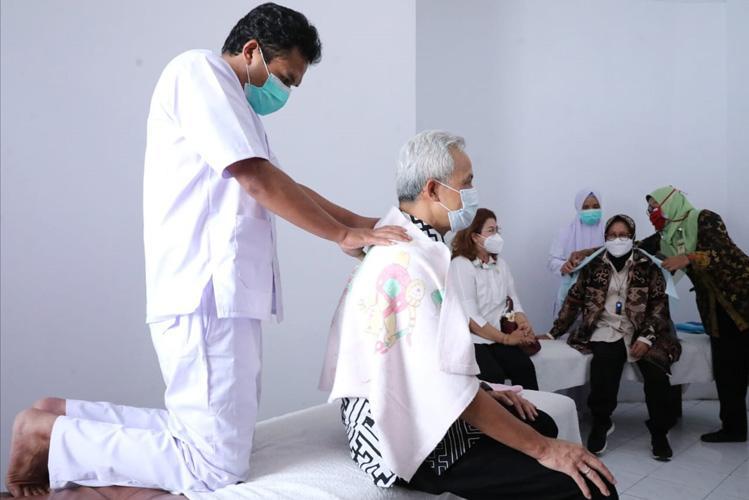 Momen Ganjar dan Risma Kompak Jajal Terapis Disabilitas di Temanggung