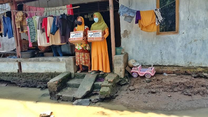 Sebulan Banjir Belum Surut, MNC Peduli Salurkan Bantuan ke Desa Pantai Harapan Jaya Bekasi