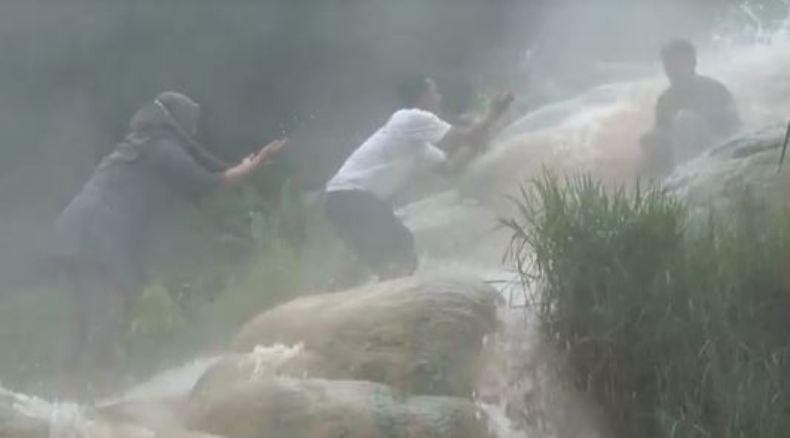 Hangatnya Air Terjun Giritirta Banjarnegara, Membuat Wisatawan Betah Berendam