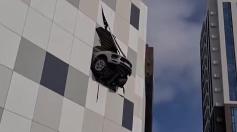 Tabrak Dinding Gedung, Mobil Porsche Nyaris Jatuh dari Ketinggian Lantai 5