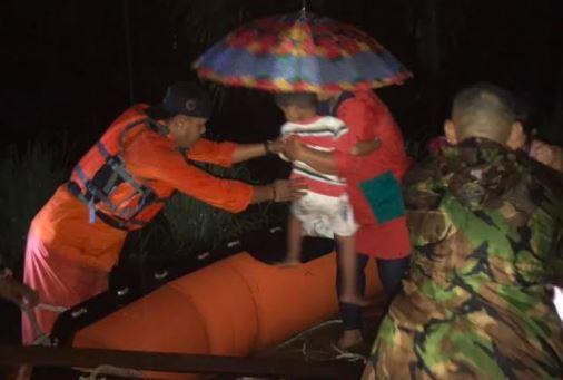 Banjir 1,5 Meter Landa Padang Pariaman, Petugas Evakuasi Warga