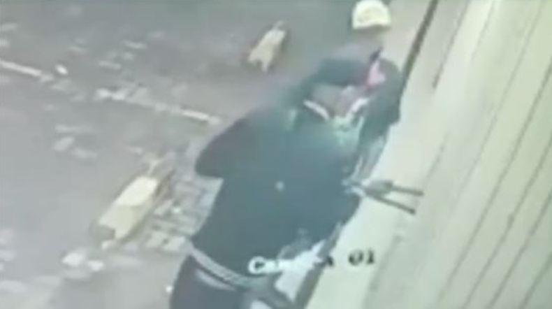 Terekam CCTV Bobol Minimarket di Brebes, Pencuri Gasak Rokok dan Kosmetik