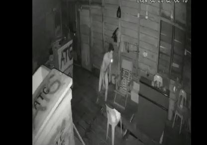 Hii, Pencuri Berkolor di Tanjungpinang Terekam CCTV Gasak Ikan dalam Gudang