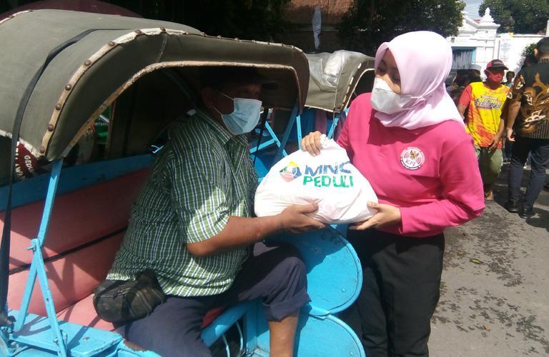 Bahagianya Para Tukang Becak di Solo Terima Paket Sembako dari MNC Peduli