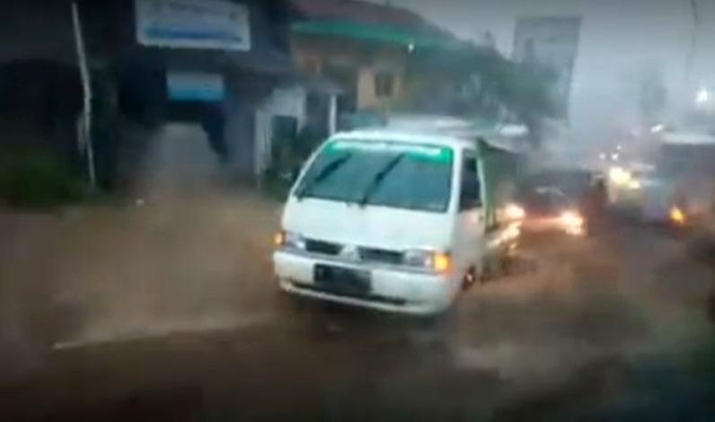 Banjir Bandang Terjang Jalan Bandungan-Sumowono, Arus Lalu Lintas Macet