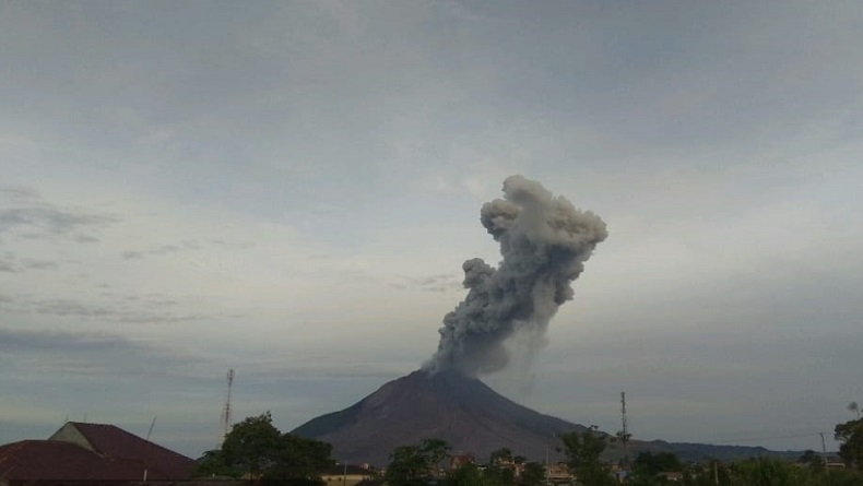 Gunung Sinabung Tiga Kali Erupsi, Tinggi Kolom Abu Terpantau 2.000 Meter