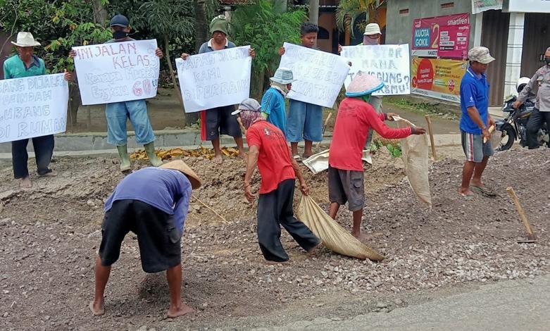 Jengkel, Warga Ancam Blokir Akses Jalan Rusak di Desa Sumber Rembang