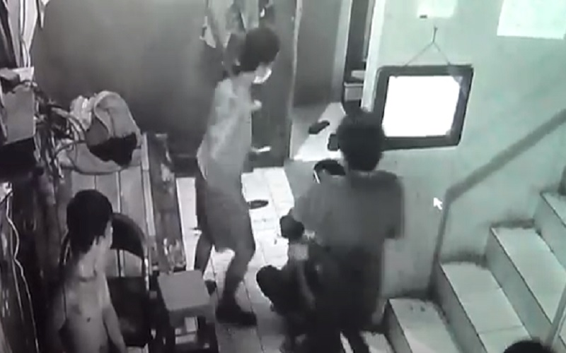 Dua Remaja Jadi Korban Pengeroyokan di Warnet, Pelaku Terekam CCTV