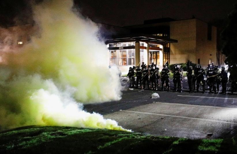 Kerusuhan di Dekat Minneapolis AS, 2 Mobil Polisi Dirusak Massa