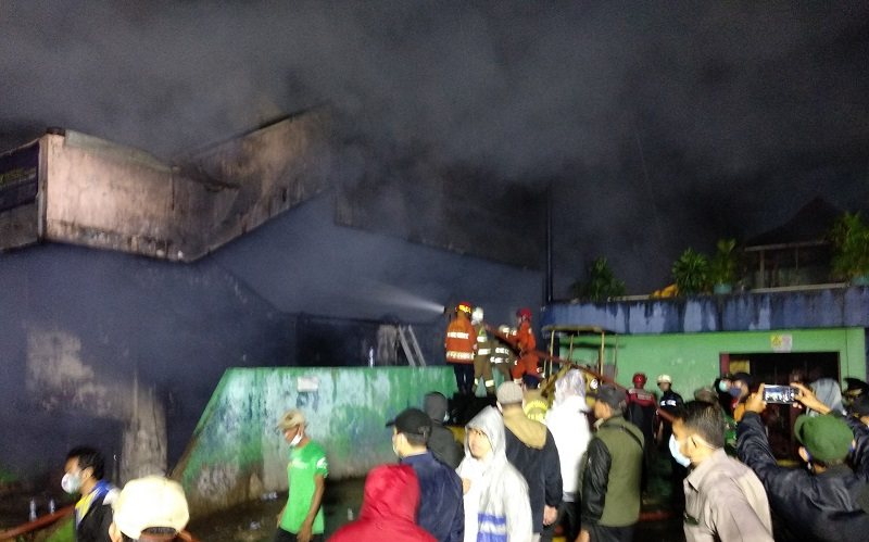 Tiga Jam Berlalu, Pemadaman Kebakaran Pasar Inpres Jaksel Masih Berlangsung