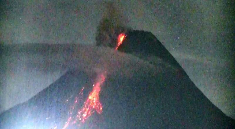 BPPTKG Catat 2 Kali Guguran Lava Pijar Gunung Merapi Mengarah ke Tenggara