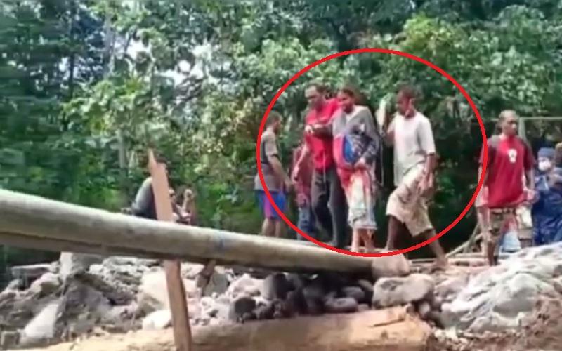Nekat, Ibu Hamil Seberangi Jembatan Bambu dengan Tangan Terpasang Selang Infus