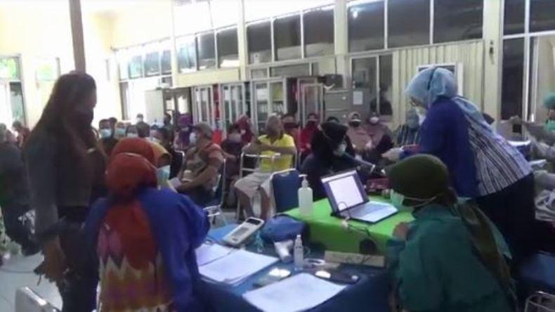 Lansia di Semarang Tetap Semangat Ikuti Vaksinasi Covid-19 saat Ramadan