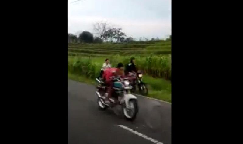 Viral, Pembalap Liar di Mojokerto Terjungkal Masuk Parit usai Bersenggolan