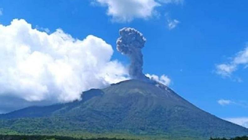 Gunung Ile Lewotolok Meletus Jumat Siang, Semburkan Kolom Abu Setinggi 1.500 Meter