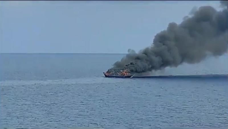 Kapal Nelayan Terbakar, 16 ABK Selamat setelah Beberapa Jam Mengapung di Tengah Laut