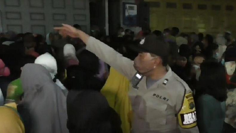 Demi BLT UMKM, Warga Medan Mengantre di Bank Tengah Malam hingga Dibubarkan Polisi