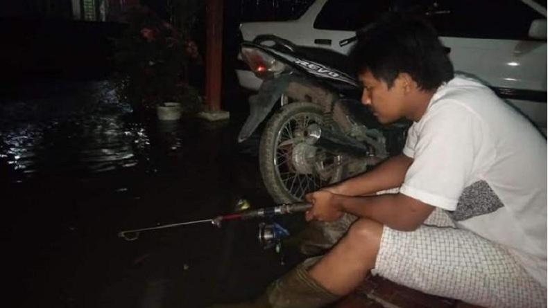 Hujan Sebentar Langsung Banjir, Warga Panyabungan Ini Mancing Ikan di Teras Rumah