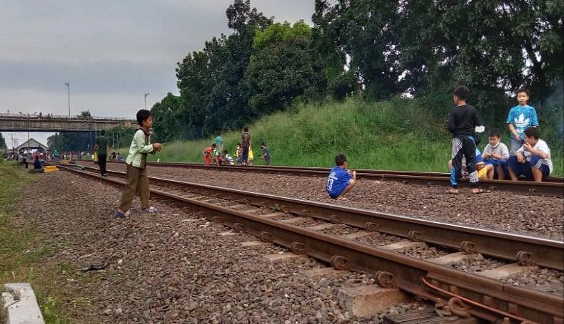 Banyak Dipakai Ngabuburit, PT KAI Peringatkan Warga Tak Main di Rel Kereta